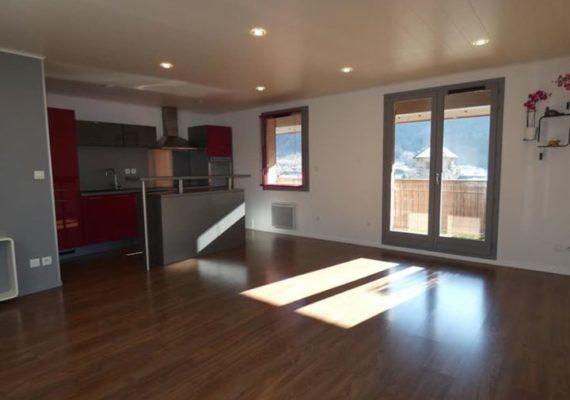 Dans le centre ville d'Aime La Plagne, appartement type 5 de 93,71 m² situé au dernier étage d'une copropriété récente, comprenant :