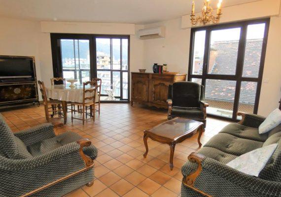 En hypercentre ville d'Aix-les-Bains, grand T3 au calme avec vue dégagée, balcon, cave et parking privatif en sous-sol.