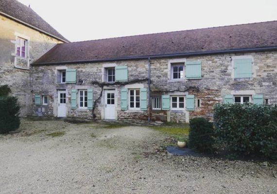 À louer #Demigny, jolie maison rénovée d'environ 140m2 avec terrasse située dans une ancienne dépendance de château. Libre de suite @ Demigny