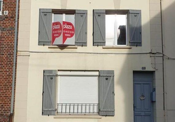 Pose d'un beau panneau VENDU pour cette jolie maison de ville a Beauvais. Une cliente heureuse et des vendeurs satisfaits. ??