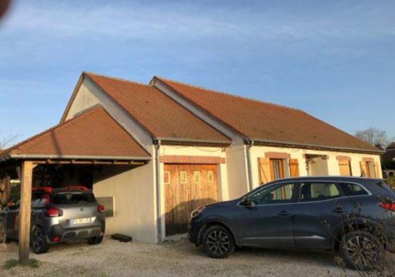 EXCLUSIVITE – 12 mins de Cour-Cheverny – Proche tous commerces – Pavillon de 2010 offrant une grande pièce à vivre de plus de 50 m², avec cuisine aménagée & équipée, 2 chambres, salle de douche. Etage composé d'une chambre et d'une salle d'eau avec toilettes. Très belle véranda de 20 m², appentis. Terrain de 715 m². Ref 13586 – Prix 165000€ FAI – DPE D – Nous contacter au 02.54.79.21.94