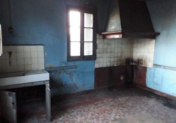 BORDEAUX BACALAN – Nous vous invitons à découvrir cette maison de 85m2 à rénover en totalité sur une parcelle de 241m2. La maison se compose d'une entrée, trois chambres, une salle de bains, un séjour et une cuisine. Combles aménageables de 45m2. Pas de possibilité de surélévation.