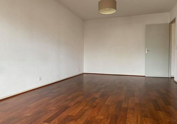 MERIGNAC LE JARD – A 900 mètres du centre de Mérignac, du tram et des commerces, nous vous invitons à découvrir ce T3 dans une résidence sécurisée au 4ème et dernier étage. L'appartement se compose d'une grande entrée avec placards, un beau salon/séjour lumineaux donannt sur terrasse,une cuisine séparée meublée et équipée, deux chambres avec placards et balcons, salle de bains et wc séparés. L'appartement est vendu avec une place de parking extérieur. Pas de travaux à voter dans la copropriété.