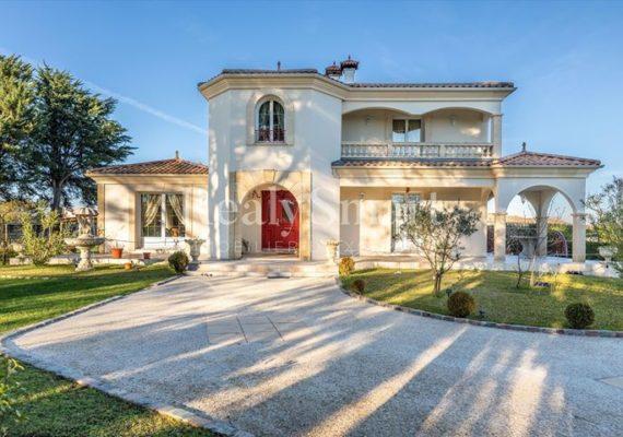 Située à Carignan-de-Bordeaux, cette belle villa d'environ 210m² est à proximité des commerces tout en étant dans un environnement paisible et verdoyant.