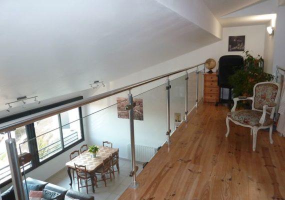 EXCLUSIVITE TEYSSIER-CHRISTIN à Montagny Sourzy. Très bel appartement en duplex de 85,01² bénéficiant d'une vue dominante magnifique. Totalement réhabilité en 2013, il vous offre des prestations récentes et de qualité. Il se compose d'une grande pièce de vie aux volumes généreux avec une cuisine équipée et ouverte, 3 chambres. Vous bénéficiez en outre de 2 places de parking sécurisées. Véritable coup de cœur !