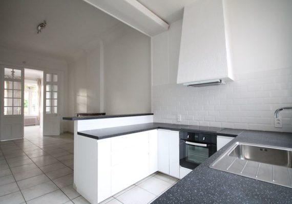 Proche gare, appartement d'environ 64m² habitables, situé au rez-de-chaussée, offrant : salon, cuisine ouverte sur la pièce de vie, cellier, salle de douche, wc et chambre.