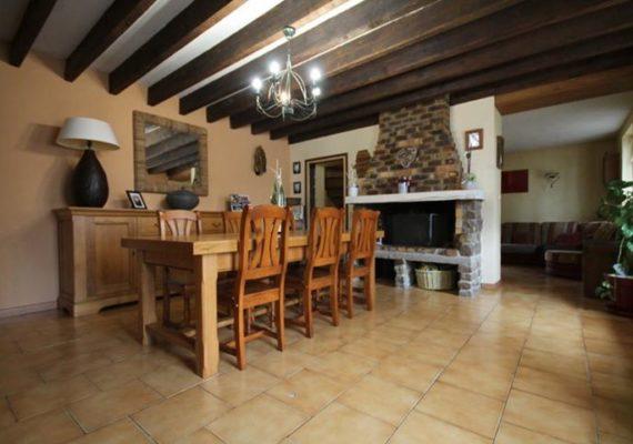 Située à 15 minutes de Cambrai, maison type longére d'environ 130m² habitables sur environ 400m² de terrain, offrant : Entrée, salle à manger avec cheminée feu de bois, salon, cuisine équipée, dégagement, salle de douches à rénover, wc.