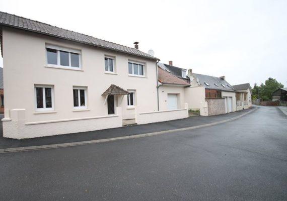 Située à 10 minutes de Caudry et Solesmes, Maison de village d'environ 80m² habitables, offrant : Hall d'entrée, salon/séjour, cuisine.