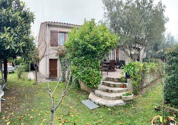 Venez découvrir cette villa de 120 M2 HB sur 530 M2 de terrain avec vaste séjour cuisine équipée, 3 chambres, bureau, salle d'eau et garage. Prix de vente honoraires charge vendeur 179.000€