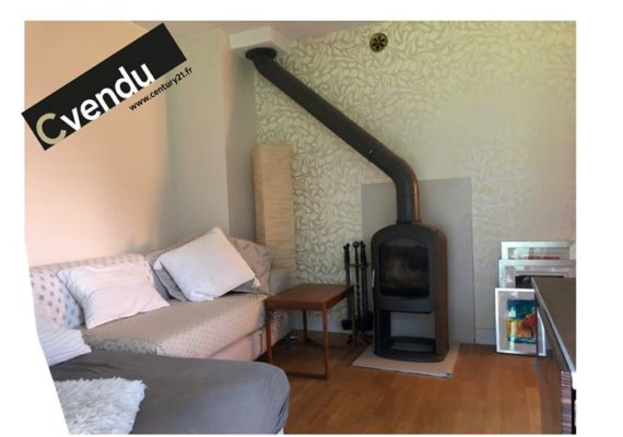 » In a quiet environment, very nice 69 m² 3-bedroom duplex apartment, in the popular area of Les Chosalets, 5 minutes walk from the Grands Montets ski area. Large balcony. Wood stove. Very beautiful view of the Mont-Blanc massif. Great location next to the cross-country ski slopes. Cellar, private underground parking. «