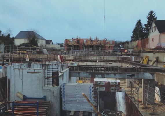 ? «Les Jardins Saint Jean» – Les travaux de construction ont repris de plus bel pour notre résidence située à deux pas de la gare de Chartres. Petit à petit, les étages se dessinent…