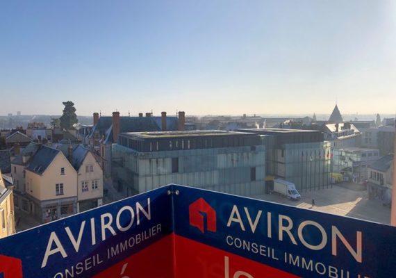 Une jolie vue dégagée et ensoleillée ce jour en plein cœur de Chartres ! Vous recherchez un appartement à louer, lumineux avec 2 chambres ? Contactez notre conseillère location au 02.37.300.400 ☀️