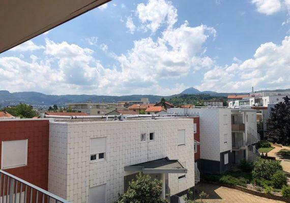 Secteur Champfleuri, Domia vous propose cet appartement T1 de 33 m² au dernier étage disposant d'un balcon de 7 m² avec vue sur le Puy de Dôme. Une cave et un box en sous sol. Idéal pied à terre ou investisseur ! DPE D. Charges 45 €/mois. nb lots copro : 163. Chauf ind Gaz. 51 000 € . Contactez nous au 04 73 98 78 63 pour une visite !
