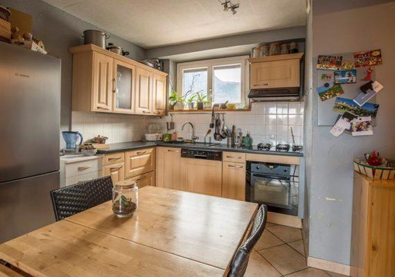 EXCLUSIVITÉ – A Cluses charmant et chaleureux appartement de type 3 comprenant une cuisine ouverte sur séjour, deux chambres, une salle de bains, WC, cave et balcon. Rénovation récente.
