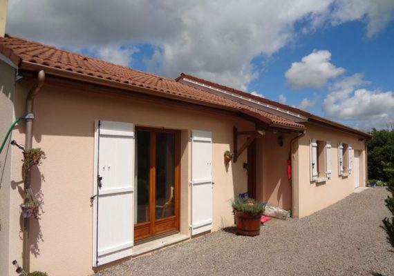 Venez découvrir notre nouvelle exclusivité située entre Nieul et Peyrilhac: maison récente de plain pied avec 3 chambres, terrain de 1 600 m² avec vue sur les monts de Blond.
