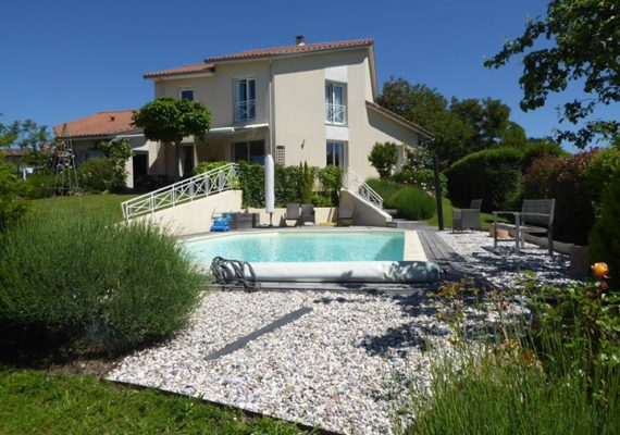 Nouveauté de la rentrée: cette villa contemporaine située à Verneuil sur Vienne. Prestations de qualité, bel environnement…