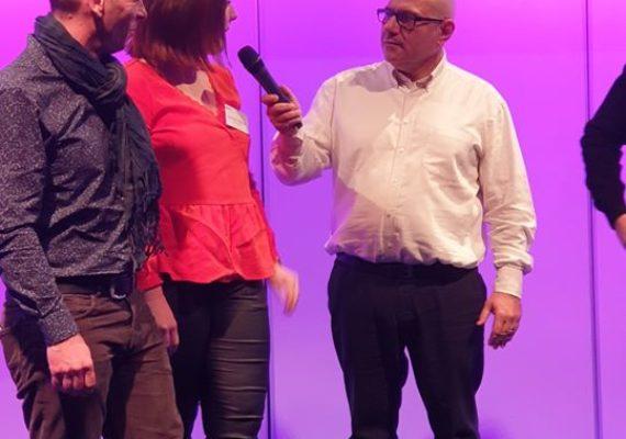 A votre avis que fait Jérôme ?sur le podium ???lors de la réunion annuelle des Agences Stéphane Plaza Immobilier à Lyon ?