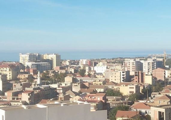 Agence immobilière ma maison met en vente un appartement F4 de 120m2 au 7ème étage avec ascenseur et place de parking vue dégagé dans une résidence clôturé horizon bleu à staoueli