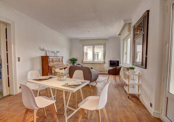 ERSTEIN – Rare à la vente, Century 21 Alno immobilier vous propose cette charmante maison, au calme, composée d'une grande entrée, un beau salon séjour avec accès à la terrasse sans vis à vis et accès au coin repas, une cuisine à équiper et aménager, une salle de bains, deux chambres et un WC séparé.