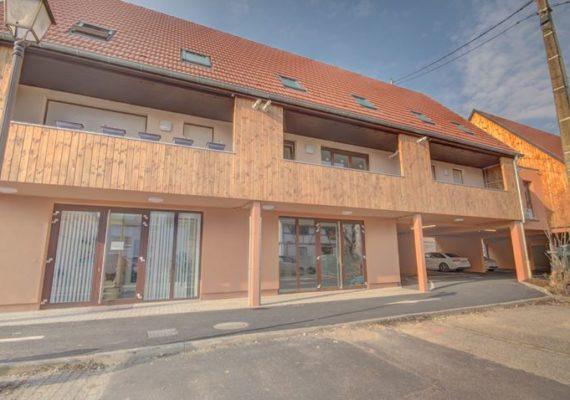 ERSTEIN – A deux pas du centre ville – Century 21 Alno immobilier vous propose cet appartement T3 duplex neuf de 56.97 m² composé : d'une entrée, un salon séjour ouvert sur cuisine, une salle d'eau avec WC.