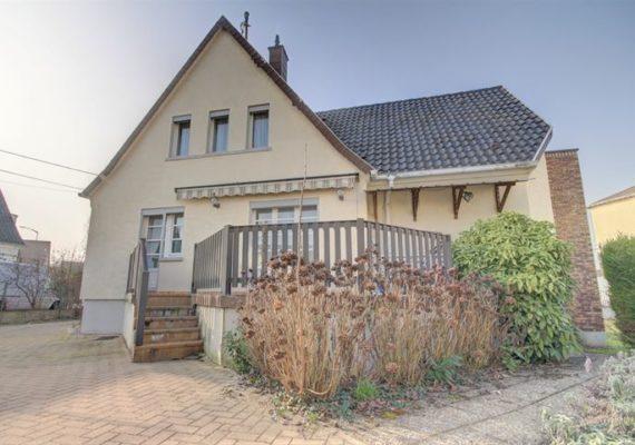 ERSTEIN – Venez découvrir dans un quartier calme, cette charmante maison d'environ 131 m² habitables située sur une parcelle de terrain de 5.48 ares.