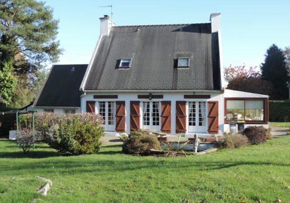 Belle maison située à proximité immédiate des commerces et des écoles de la ville.