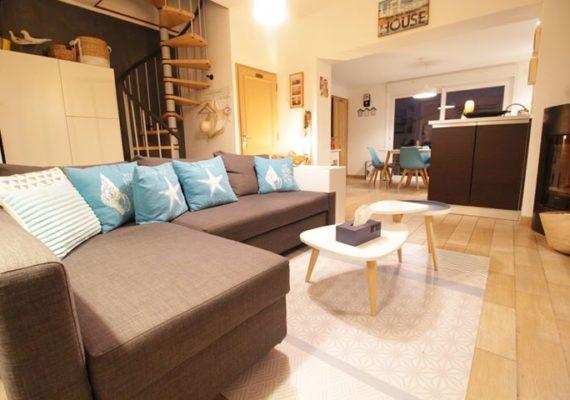 À vendre sur Grand fort Philippe, face à la mer, une maison meublée de 65 m² entièrement rénovée, avec une chambre, et une cour de 55m²