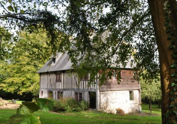 Cheychrys Immobilier vous propose en Campagne honfleuraise, dans un bel environnement au calme, une propriété atypique composée d'une maison principale ancienne du 16ème siècle authentique d'environ 150m² avec ses 3 bâtiments annexes (38m², 39m², 125m². Elle est composée d'un coin cuisine, d'un wc, d'une salle à manger avec cheminée d'époque, d'un salon avec cheminée d'époque. Au 1er étage :une grande pièce de vie avec cheminée d'époque, une chambre, une salle de bains avec Wc et dressing. Au 2ème étage : une chambre avec mezzanine, une salle de bains wc, une seconde chambre. Une petite maison d'amis. Une charreterie avec espace bureau au dessus. Bâtiments de rangements. Beau potentiel pour cette propriété ! Des travaux à prévoir ! Nous vous rappelons que suite à l'article l.561-5 du code monétaire et financier, la copie de la carte d'identité de tous les visiteurs vous sera demandée avant la visite.