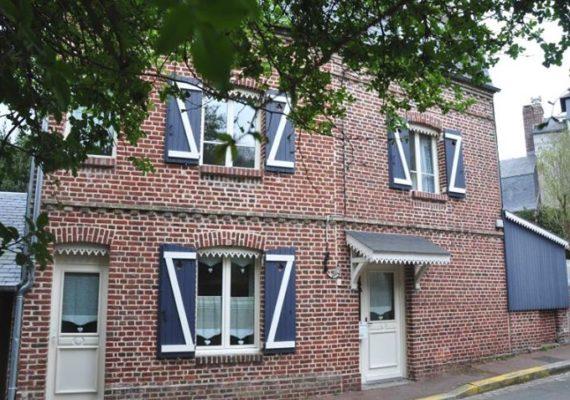 Cheychrys Immobilier vous propose à Honfleur, maison avec terrasse et jardin exposée Sud Ouest ainsi qu'un garage. Elle est composée d'une salle à manger, d'une cuisine aménagée et équipée, d'un séjour. Au 1er étage, palier desservant une chambre, un wc, une salle de bains. Au 2ème étage : 2 chambres dont une mansardée. Tout à l'égout ! A saisir rapidement ! Nous vous rappelons que suite à l'article l.561-5 du code monétaire et financier, la copie de la carte d'identité de tous les visiteurs vous sera demandée avant la visite.