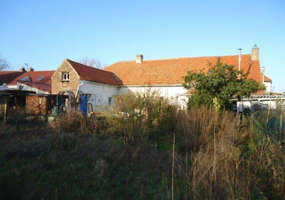 Je vous présente en avant première sur La Couture, Nord-Pas-De-Calais, France une maison traditionnelle d'environ 100M2 Habitable , des possibilités d'aménager les Greniers , un jardin de 783 M2. Bref une opportunité ! bientôt mise en vente sur de nombreux sites d'annonces …