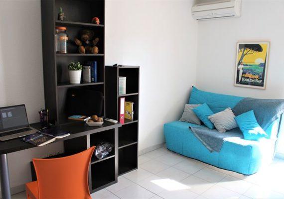 Située dans la résidence Laura Lisa (quartier La Pauline) à proximité des lignes de bus, de la gare SNCF et des commerces, ce studio confortable est en parfait état et construit pour les étudiants.