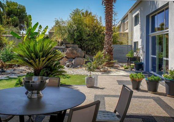 Maison atypique située dans l'Hérault. Elle comprend 3 chambres, un grand jardin avec piscine et jacuzzi, terrasse, garage et belle vue sur les environs. – 487 000€