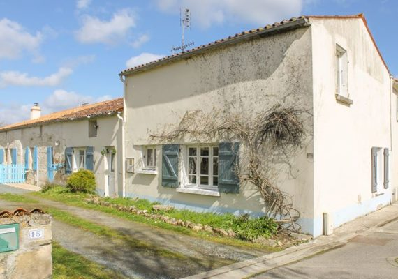 Charmante maison de village située en Vendée. Elle a été rénovée et comprend 3 chambres, plusieurs dépendances et un jardin. A distance à pieds des commerces. – 99 000€