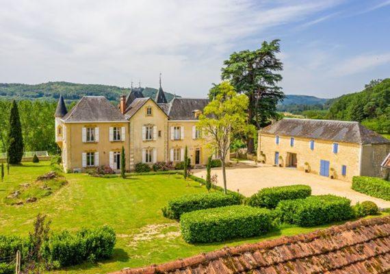 Superbe château du 18ème siècle situé en Dordogne. Il a été restauré avec soin et comprend 8 chambres spacieuses, un gîte de 4 chambres, une grange, une piscine, plusieurs terrasses et un beau jardin. – 1 155 000€