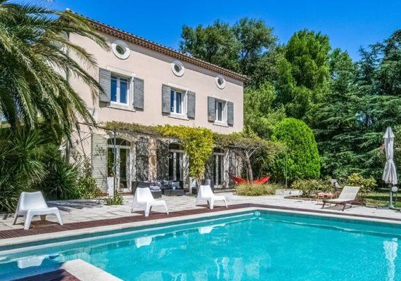 Belle maison située à quelques kilomètres d'Avignon. Elle comprend 6 chambres, un atelier, et plus de 4000m² de jardin paysager avec piscine. – 749 000€