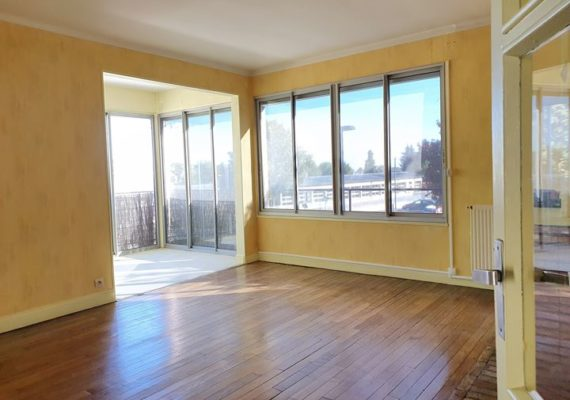 A VENDRE chez Ariane Immobilier, Vaste appartement T4 de 96 m2 ! Offrant de beaux volumes, celui-ci comprend : entrée, cuisine, séjour avec loggia, 3 chambres, salle de bains, wc, cellier. Cave.
