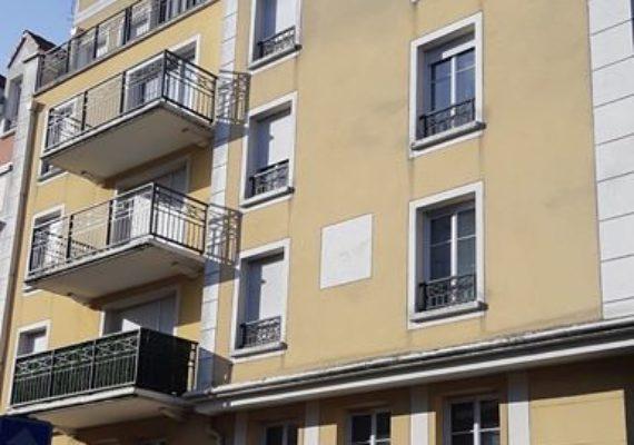 Les PAVILLONS-SOUS-BOIS. Beau F4 dans immeuble de standing, avec : entrée, séjour, cuisine ouverte, trois chambres dont une suite parentale, salle de bains et salle d'eau, wc séparés, balcon, cave et 2 places de parking !