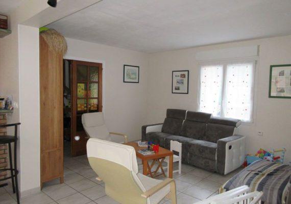 Rare ! A Lille Pellevoisin, grande maison avec 5 chambres dont une au RDC, beau jardin de 150m² exposé plein sud & grand garage double. A saisir !