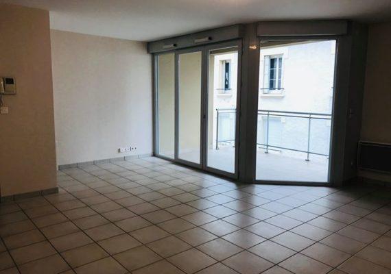A LOUER DANS LE CENTRE-VILLE DE LIMOGES, appartement type 3 de 65 m² comprenant une entrée, un séjour avec balcon, une cuisine, deux chambres, une salle de bains. Cave et parking.