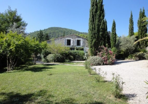 We offer for sale in a few minutes from the village of Bargemon a villa of 242M² on a plot of land of 2024M² with a very nice view and a swimming pool. This house is on 2 levels with 3 bedrooms. Summer kitchen, terrace and a double garage completes the property. Please have more info here https://bit.ly/36gHQAo