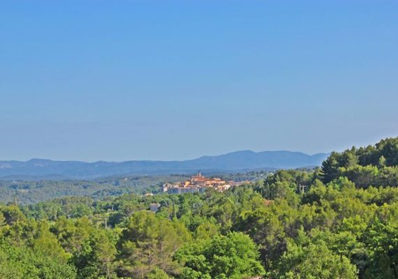 Despite of the rain today, the completion of the sale of this neo Provencal villa in Flayosc with its stunning view on the village has been a happy event! Congratulations to the Dutch seller and the new Belgium owners! Welcome in France!