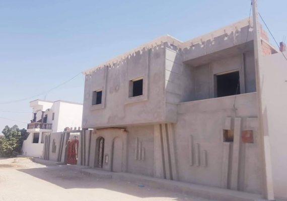 تتكون من طابقين:يحتوي الطابق الارضي 4 بيوت +صاله +كوجينه و حمام