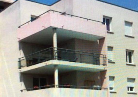 A LOUER METZ QUEULEU, idéalement situé à proximité du Technopole, des nouveaux Hôpitaux de MERCY et SCHUMAN et de toutes commodités, au 1er étage d'un immeuble bien tenu et sécurisé avec ascenseur, bel appartement F3 très lumineux en parfait état de 61 m², se composant d'une entrée avec placard, un séjour avec cuisine équipée ouverte accès terrasse, un dégagement, deux chambres avec placards, une salle de bains, un WC, chauffage individuel électrique, deux places de parking en sous-sol. Le plus de cet appartement… la piscine de la résidence. Ses atouts et sa situation en font un appartement très agréable à vivre. A découvrir sans tarder! Loyer 683,00 € + Provisions sur charges 90,00 €, libre au 31.03.2020