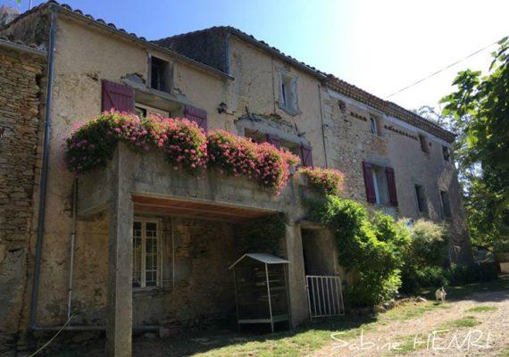 En bordure d'un hameau une propriété rénovée de plus de 140 m2 habitables.
