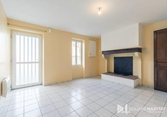 A 10′ de Mont de Marsan, commune de Campagne, venez découvrir cette charmante maison offrant une cuisine séparée, un séjour lumineux, 2 chambres et un bureau, une salle d'eau et wc séparés !