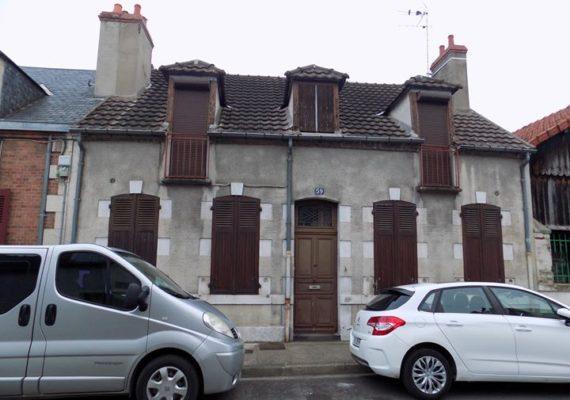 Situé à 5 min du centre de Moulins et à proximité des écoles, ce bien à rénover de 137 m2 est composé: