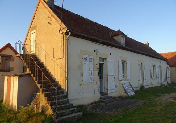 Bessay-sur-Allier, Maison ancienne de style longère d'environ 150 m² partiellement rénovée, sans vis-à-vis.