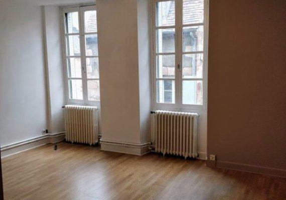 En centre-ville, à 50 mètres de la Mairie dans une petite rue calme, appartement F1 de 32 m2 au 2ème étage d'une petite copropriété bien entretenue, immeuble sécurisé avec interphone.