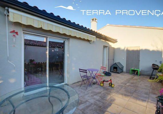 Jolie villa de 104 m² avec jardin de 300 m² tout clôturé, dans un petit lotissement calme non loin du centre du village de Piolenc. Elle se compose d'un hall d'entrée avec placard et buanderie, une grande pièce de vie de 42 m² avec cuisine équipée donnant accès sur la terrasse et jardin. Une partie nuit dotée de 3 chambres avec placards ( 11m²,12 m², 12.25 m² ), une salle de bain avec baignoire et douche, WC indépendant. La maison est de 2015 et bénéficie de double vitrage, climatisation réversible, conduit de cheminée et d'un forage pouvant alimenter une piscine. Pas de charge de copropriété. Piscinable.