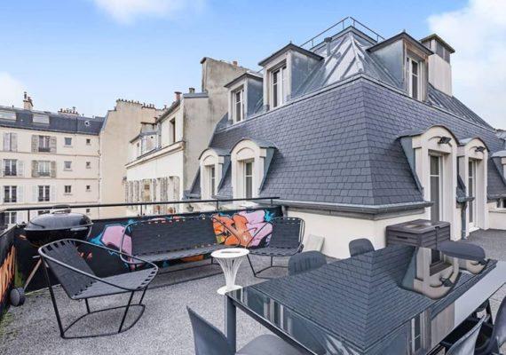 #2020 commence pas mal ! Une pépite de 87m², au 4ème et dernier étage exposé sud-ouest, avec 2 chambres, parking, immeuble 1998, rue de Lévis. Au prix de 1.875.000€